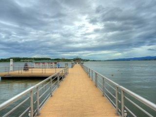 Hồ nước là nơi bạn có thể ngắm nhìn phong cảnh ở bên kia bờ