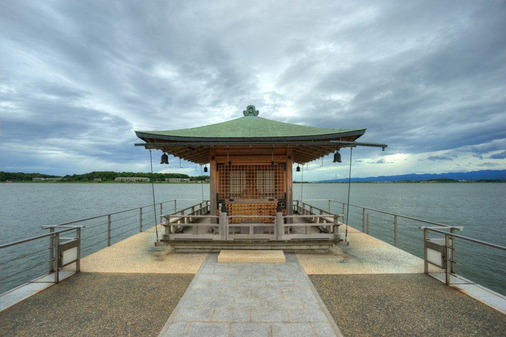 Một ngôi đền nhỏ được xây dựng trên hồ nước