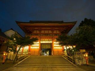 La porte avec des centaines de lanternes scintillantes à Higashiyama