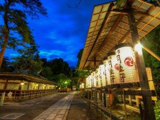 Promenade sur le site du temple décoré de lanternes
