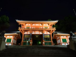 La porte principale et l'entrée. Elle est majestueuse et impressionnante avec ces lumières