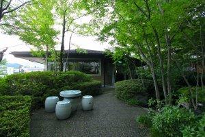 สวนอันร่มรื่นด้านหน้าโรงแรม