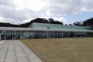横須賀美術館に初めて訪れたとき、私は目を奪われてしまいました!完全に空と海岸が調和しており、そして背景の木々の緑とも合っていました。