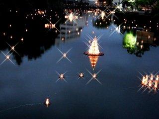 성 해자 위에 떠 있는 등불