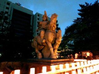 오늘 밤, 후쿠이 한 (유키 히데 야스)의 첫 주인상이 등불의 따뜻한 불빛 아래서 달라 보인다