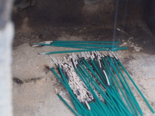 Сенько или ароматические палочки, которые сжигают на кладбище