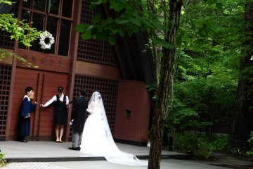 <p>A bride and her father about to enter Kogen Church</p>