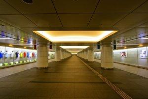 ทางเดินทอดยาว 200 เมตร สองฝากฝั่งคืองานศิลปะ