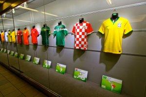 ชุดทีมนักฟตุบอลจาก 32 ประเทศที่เข้าร่วมการแข่งขันฟุตบอลโลกปี 2014 ที่ประเทศบราซิล