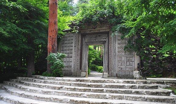The outstanding entrance of the Kubota Itchiku Museum