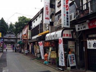 Đường đến đền Sakurayama đưa bạn qua cổng tori, những nhà hàng hiện đại và cửa hàng quà tặng