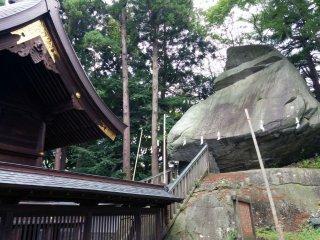 Đằng sau đền, tảng đá khổng lồ hình nón của samurai chắc hẳn phải chứa một năng lực tâm linh nào đó