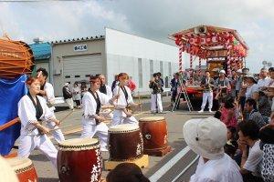 演奏の演目は地区により異なる。太鼓の腕前もなかなかのものだ