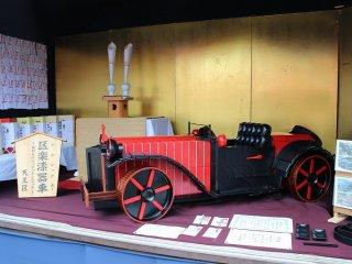 天王区は漆器の什器でクラシックカーを飾った
