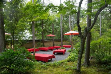 <p>Relax in the courtyard with some tea and dessert.</p>
