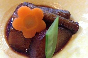 九州ならではの醤油と砂糖のこってり味の煮物。