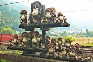 嵯峨嵐山矿车造型小火车车站内的风景:一堆狸猫(岚山的吉祥物)