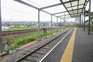 嵯峨嵐山矿车造型小火车站站内的风景