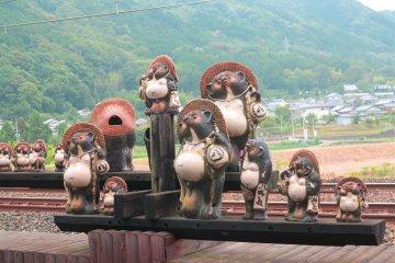 <p>嵯峨嵐山矿车造型小火车站站内的风景:狸猫</p>