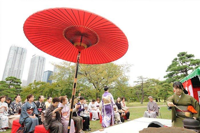 <p>Tea ceremony in the Hama-rikyu Gardens</p>