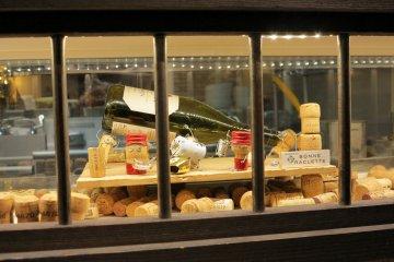 <p>法国餐厅橱窗外</p>