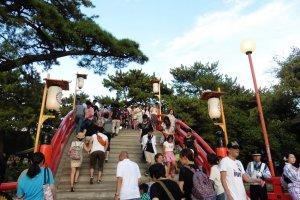 Le Taiko-bashi, ou pont tambour, est un ponten bois à la courbureimpressionnante
