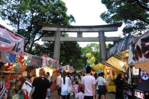 Festival oblige, on retrouve aux alentours du sanctuaire des stands de jeux, de nourriture et de boissons