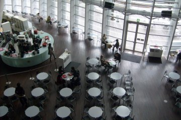 <p>A very one-sided game of Othello: the atrium cafe</p>