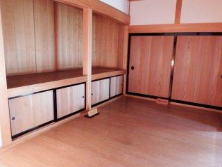 Interior kayu di dalam Yokokan Villa