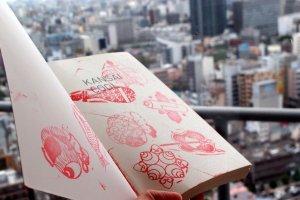 Kansai memang keren! Menempelkan simbol keberuntungan di satu-satunya kertas yang saya miliki.
