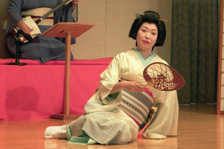 Biểu diễn múa Awara Geisha