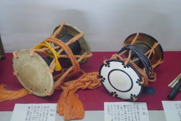 <p>Large and small Tsuzumi drums &nbsp;</p>