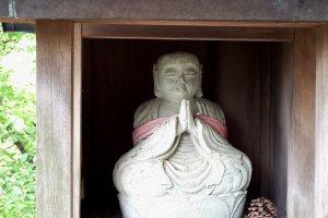 Маленькая статуя Дзидзо по пути