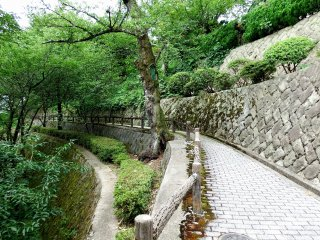 There's a pretty walkaway surrounding the entire stone wall of Maruoka Castle. You can enjoy a leisurely stroll while appreciating the traditional beauty of the wooden castle and lush green of the park