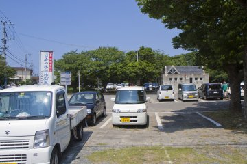 В деревне есть большая бесплатная парковка с туалетами