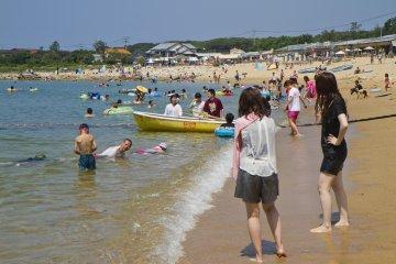 케야 해변에는 사람들이 북적이지만 그래도 아직 자리가 많다
