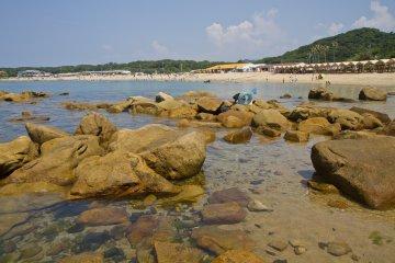 경치에 만 서쪽에 있는 바위도 있다