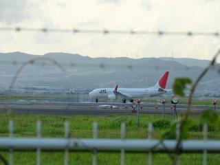 오사카 이타미 공항에 착륙한 비행기