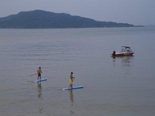 Thuyền Mediumtempo và một số người chèo thuyền đang đứng