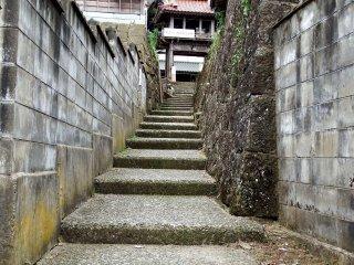 언덕 꼭대기에 있는 사원으로 가려면 이 계단을 올라가야 한다. 이 길은 일본에 남아있는 가장 오래된 절터 중 하나이다(15세기에 만들어졌다)