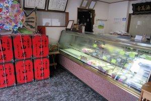 小さな菓子舗。商品アイテム数も多くないが、地元の根強いファンをたくさん持っている