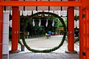 盛夏の楼門には厄除の茅の輪