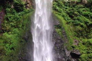 Higashi-shiya Waterfall