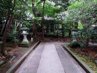 Mặc dù nó là một ngôi đền nhỏ, nó được trang trí một cách đáng kính với một con đường đẹp và đèn lồng bằng đá