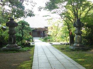 Rinkouin cũng có diện tích khá lớn và đèn lồng bằng đá