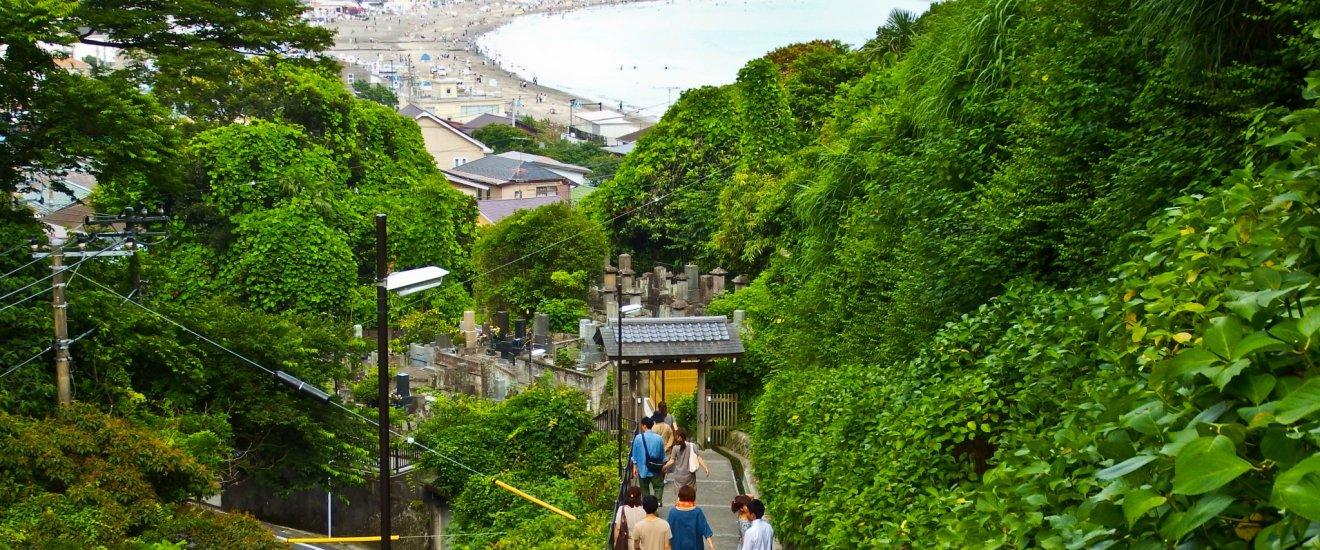 Vista da praia de Yugahama perto do topo do Templo Jojuin