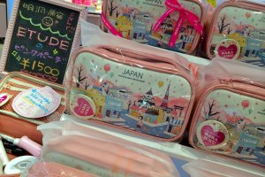 Etude House Harajuku, a popular Korean cosmetic line, is currently offering these adorable souvenir cosmetic bags for 1,500yen