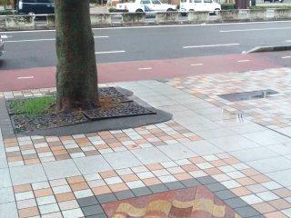 歩道は清潔(日本の道ではよくあるように)で、路面にはちょっとした美しい装飾も施されている。