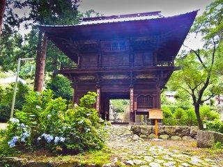 Những con đường đá bao phủ bởi rêu sẽ sớm đưa bạn đến ngôi chùa hai tầng chính gọi là Muaitemon (無 相 門)