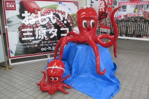 Octopusstatues invite travelers to try Mihara'soctopus